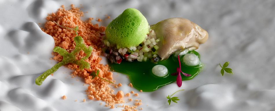 Ostra con jugo de olivas verdes, emulsión de wasabi y crujiente de lechuga de mar