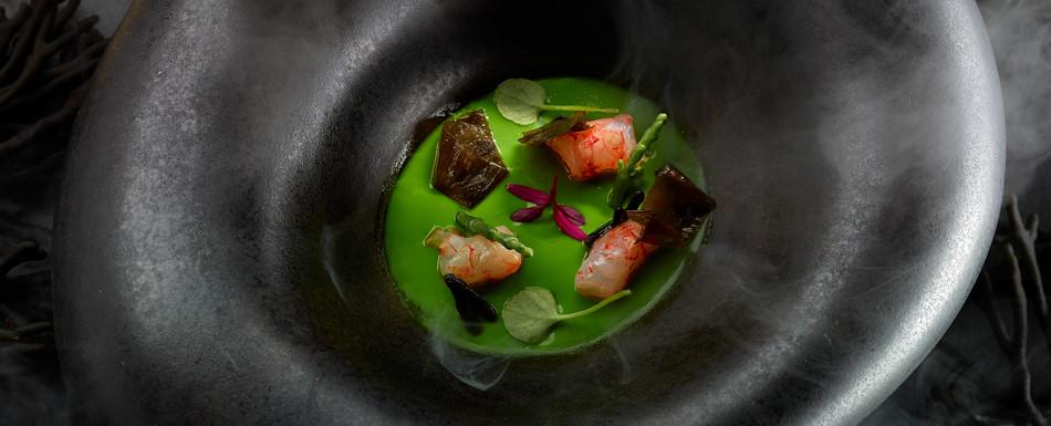 Tembloroso de frutos de mar y algas, plancton y consomé de carabinero